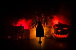 Апоралипсический пейзаж хеллоуина с старой тыквой дома Зомби ужаса около покинутого дома halloween Стоковые Фотографии RF
