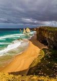 12 апостолов в прибое океанских волн стоковые фотографии rf