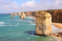 12 апостолов, известная горная порода, окруженная водой бирюзы на большой дороге океана, Виктория, Австралия Стоковое Фото