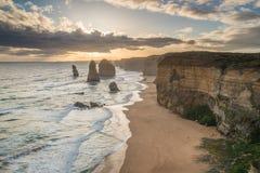 Апостол 12 иконическая горная порода во время захода солнца на большой дороге океана положения Австралии Виктории Стоковое Изображение RF