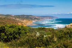 12 апостолов и голубого небо в солнечном дне, большая дорога океана, Австралия Стоковые Фото