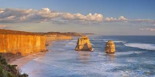 12 апостолов на большой дороге океана, Австралии на заходе солнца Стоковые Фотографии RF