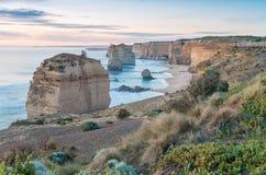 12 апостолов на заходе солнца вдоль большой дороги океана, Виктория - Стоковые Изображения