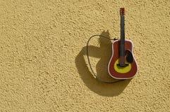 Аппаратура гитары на текстурированной стене Стоковое Изображение