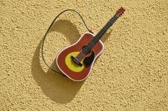 Аппаратура гитары на текстурированной стене Стоковое фото RF