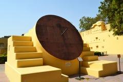Аппаратура солнечных часов лета экваториальная на астрономической обсерватории Джайпуре Раджастхане Индии Стоковые Изображения RF