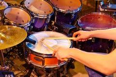 аппаратуры барабанщика действия процесс игры фото близкой музыкальный вверх Стоковое фото RF