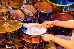 аппаратуры барабанщика действия процесс игры фото близкой музыкальный вверх Стоковое Фото