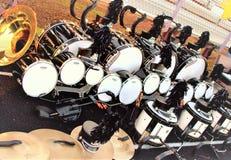 Аппаратуры Drumline военного оркестра на боковой линии Стоковое Изображение RF