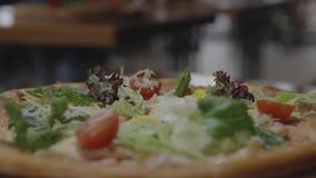 Аппетитная пицца в ресторане сток-видео
