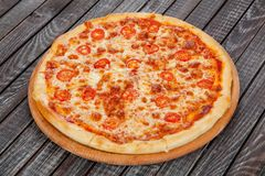 Аппетитная, свежая пицца на таблице, для украшения дизайна в варить стоковое фото