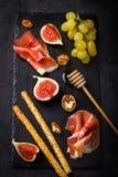 аппетитно Ветчина, смоквы, виноградина и grissini стоковая фотография rf