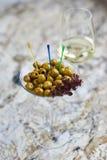 аппетитно Вкусные оливки в стекле стоковые фотографии rf