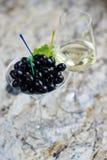 аппетитно Вкусные оливки в стекле стоковые изображения