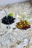 аппетитно Вкусные оливки в стекле стоковые фото