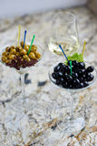 аппетитно Вкусные оливки в стекле стоковое фото rf