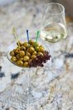 аппетитно Вкусные оливки в стекле стоковые изображения rf