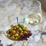 аппетитно Вкусные оливки в стекле стоковая фотография rf