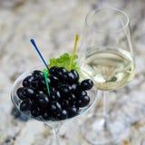 аппетитно Вкусные оливки в стекле стоковая фотография