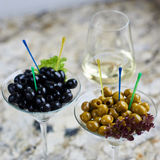 аппетитно Вкусные оливки в стекле стоковое изображение