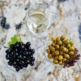 аппетитно Вкусные оливки в стекле стоковое фото