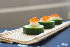 аппетитно Огурец с плавленым сыром икры и на бамбуке m стоковая фотография