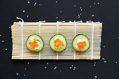 аппетитно Огурец с плавленым сыром икры и на бамбуковой циновке стоковое изображение rf