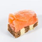 аппетитно Творческая кухня рыба canapes свертывает salmon здравицу стоковое фото rf
