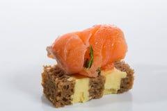 аппетитно Творческая кухня рыба canapes свертывает salmon здравицу стоковые изображения rf