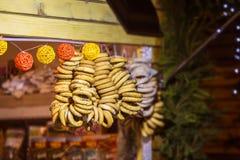 Аппетитные бейгл при веревочки вися на ярмарке Русские традиционные бейгл продавая outdoors Стоковое Изображение