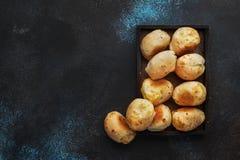 Аппетитные домодельные смачные плюшки сыра на коричневой предпосылке кухонного стола, взгляде сверху E стоковое изображение rf