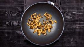 Аппетитные зажаренные грибы с цыпленком в лотке пока варящ стоковое фото