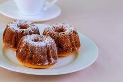 Аппетитные изюминки булочка и кофе Стоковые Изображения