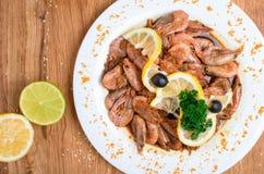 Аппетитные креветки в соевом соусе на белом блюде Креветки с оливками и лимоном Блюдо из морепродуктов ресторана Вкусная еда диет стоковые фотографии rf