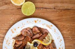 Аппетитные креветки в соевом соусе на белом блюде Креветки с оливками и лимоном Блюдо из морепродуктов ресторана Вкусная еда диет стоковые фото