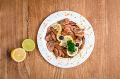 Аппетитные креветки в соевом соусе на белом блюде Креветки с оливками и лимоном Блюдо из морепродуктов ресторана Вкусная еда диет стоковые изображения