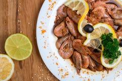 Аппетитные креветки в соевом соусе на белом блюде Креветки с оливками и лимоном Блюдо из морепродуктов ресторана Вкусная еда диет стоковое изображение rf