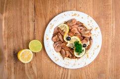 Аппетитные креветки в соевом соусе на белом блюде Креветки с оливками и лимоном Блюдо из морепродуктов ресторана Вкусная еда диет стоковые изображения rf