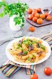Аппетитные макаронные изделия с зажаренными грибами и свежими травами на плите стоковые изображения rf