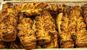 Аппетитные плюшки с семенами сезама в корзине стоковое фото rf