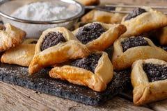 Аппетитные плюшки с маковыми семененами Hamantashen/Hamantash - trad Стоковое фото RF