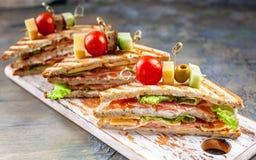Аппетитные сэндвичи с говядиной и зеленым салатом Традиционные завтрак или обед стоковые изображения rf