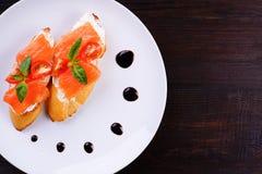 Аппетитные хрустящие итальянские bruschettas с семгами Стоковая Фотография
