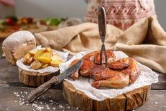 Аппетитные цыпленок и картошка гарнируют на деревянном spilah Natyurmort с первоначально столовым прибором и тканями от мешковины Стоковое Изображение