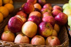 Аппетитные яблоки на счетчике в рынке стоковые фото