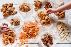 Аппетитный ассортимент закуски Высококалорийная вредная пища, калории Стоковое Фото
