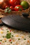 Аппетитный здоровый рис с овощами в белой плите на древесине Стоковые Изображения