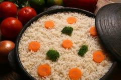 Аппетитный здоровый рис с овощами в белой плите на древесине Стоковые Фото