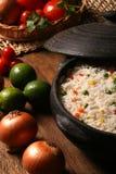Аппетитный здоровый рис с овощами в белой плите на древесине Стоковые Изображения RF