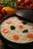 Аппетитный здоровый рис с овощами в белой плите на древесине Стоковое Фото